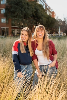 Jonge en smileyvrouwen in gras