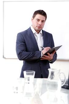 Jonge en succesvolle zakenman