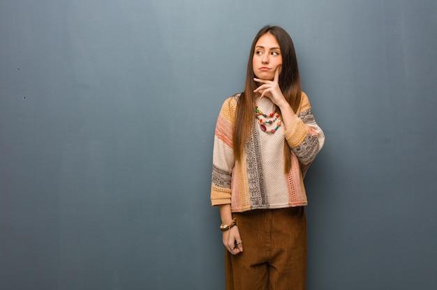 Jonge en verwarde hippievrouw