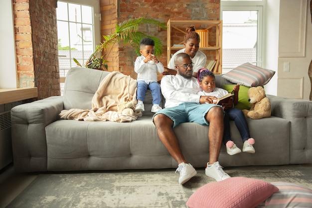 Jonge en vrolijke afrikaanse familie d tijd samen thuis doorbrengen