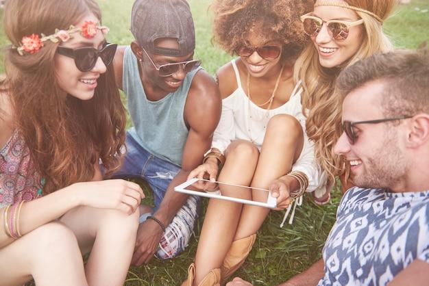 Jonge en vrolijke mensen die samen plezier hebben