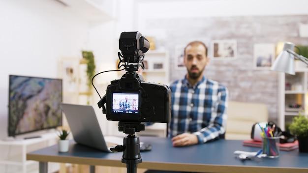 Jonge en vrolijke vlogger-opname voor abonnees. beroemde influencer op sociale media.