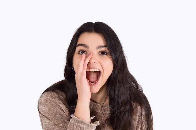 Jonge en vrouw die schreeuwt gilt