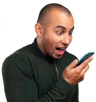 Jonge en zwarte man schreeuwen tegen de mobiel