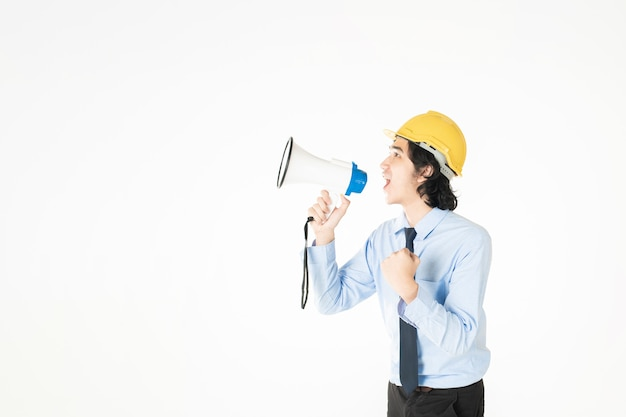 Jonge engineering man kondigt met megafoon