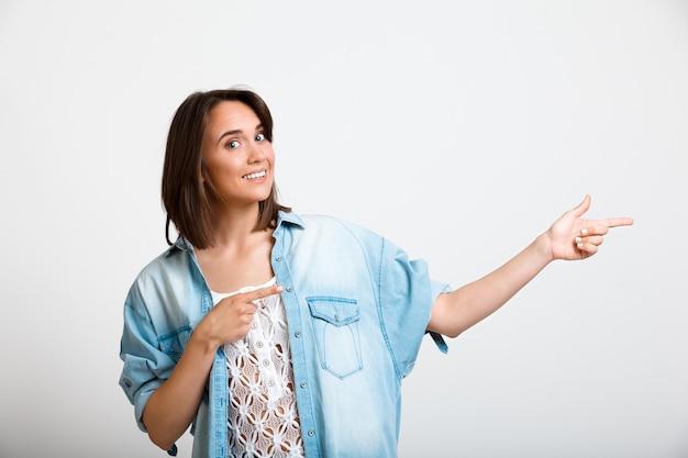 Jonge enthousiaste vrouw naar rechts