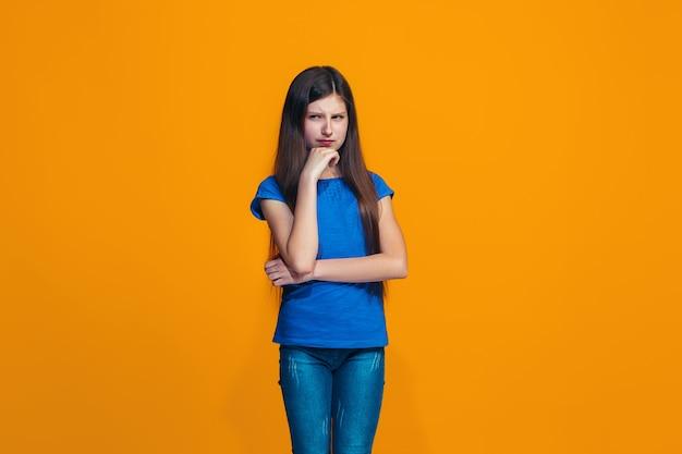 Jonge ernstige doordachte tienermeisje. twijfel concept.