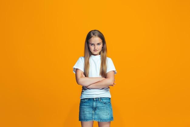 Jonge ernstige doordachte tienermeisje