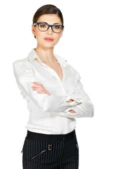 Jonge ernstige vrouw in glazen en wit overhemd die problemen hebben die op witte achtergrond worden geïsoleerd