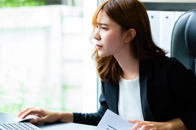 Jonge ernstige werkgever terwijl het controleren van administratie