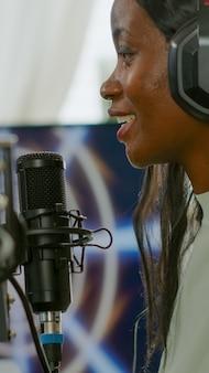 Jonge esport-streamer die in de microfoon praat en de concurrentie probeert te verslaan