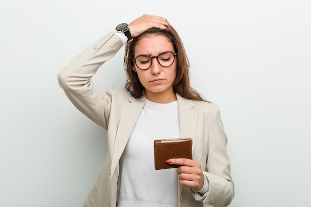 Jonge europese bedrijfsvrouw die een portefeuille houdt die wordt geschokt, heeft zij belangrijke vergadering herinnerd.