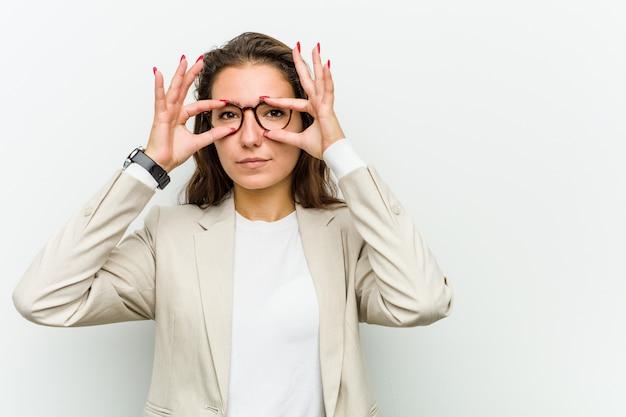 Jonge europese bedrijfsvrouw die ogen houdt geopend om een succeskans te vinden.