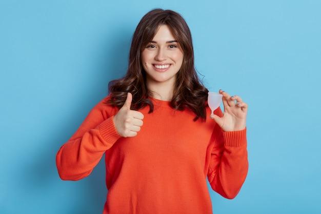 Jonge europese oman houden menstruatiecup geïsoleerd blauw