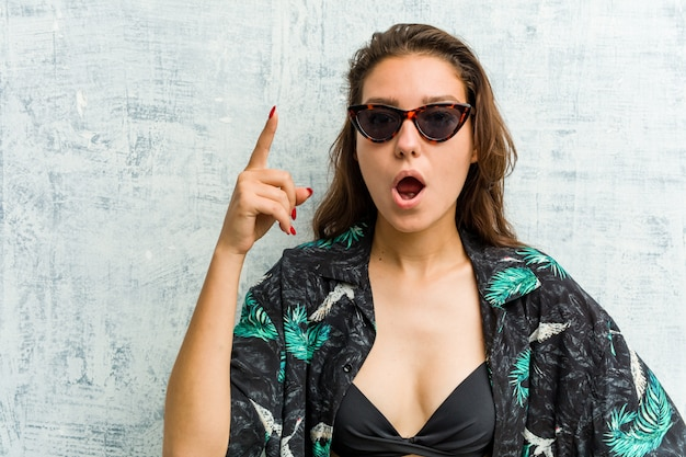 Jonge europese vrouw die bikini draagt die een idee, inspiratieconcept heeft.