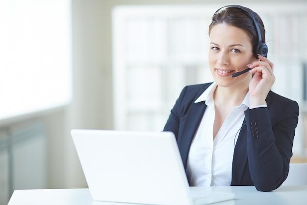 Jonge executive werken met headset en een laptop