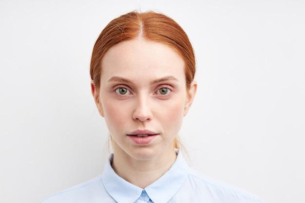 Jonge expressieve vrouw poseren