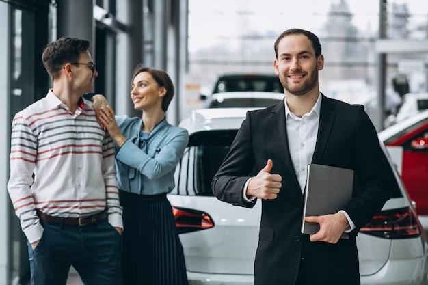 Jonge familie die een auto koopt