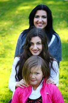 Jonge familie die gezonde wandeling neemt door de herfstpark
