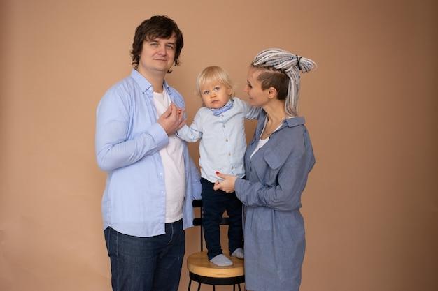 Jonge familie dragen casual outfit geïsoleerd beige