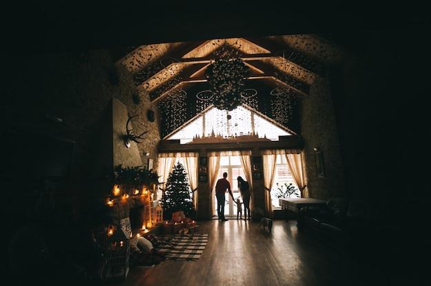 Jonge familie in het interieur van kerstmis