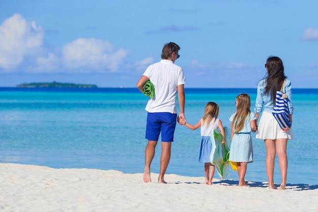 Jonge familie op wit strand tijdens de zomervakantie