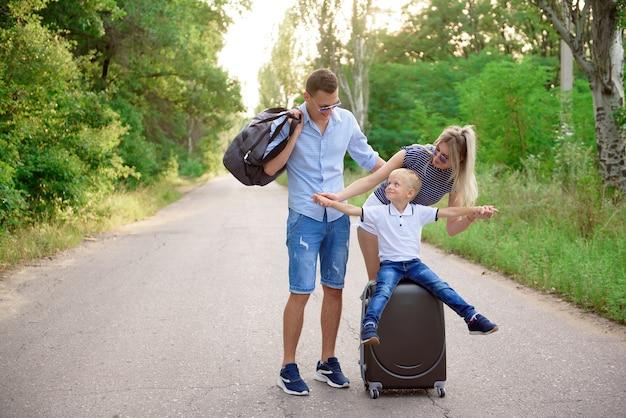Jonge familie reiziger kink in de kabel wandelen op lege weg.