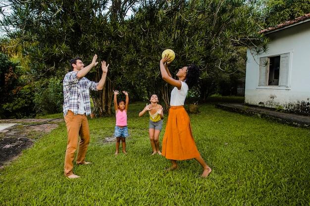 Jonge familie spelen bal in het park