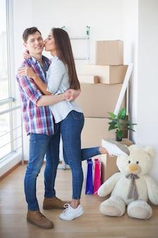 Jonge familie uitpakkende dozen in een nieuw huis.