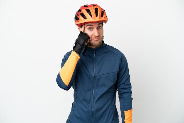 Jonge fietser man geïsoleerd op een witte achtergrond denken een idee