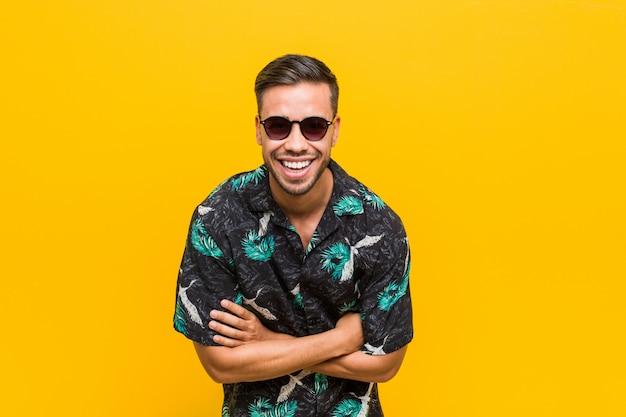 Jonge filipijnse mens die de zomerkleren draagt en pret heeft lacht.