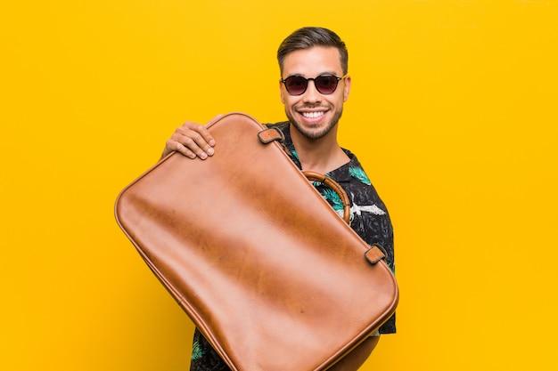 Jonge filippijnse man met een lederen tas