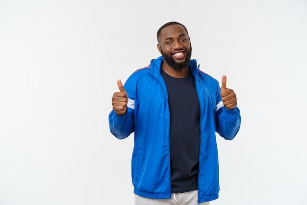 Jonge fitness afrikaanse zwarte mens in sportslijtage onbezorgd en opgewekt toejuichen, overwinningsconcept.