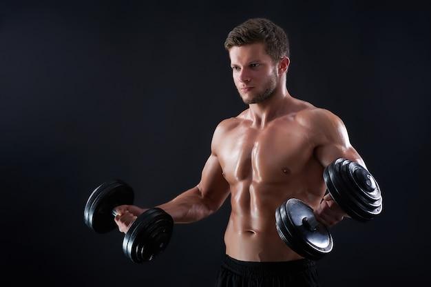 Jonge fitness man in de studio