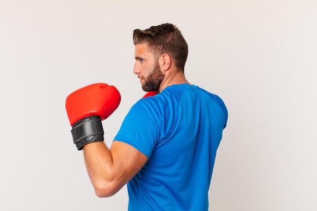 Jonge fitness man met bokshandschoenen