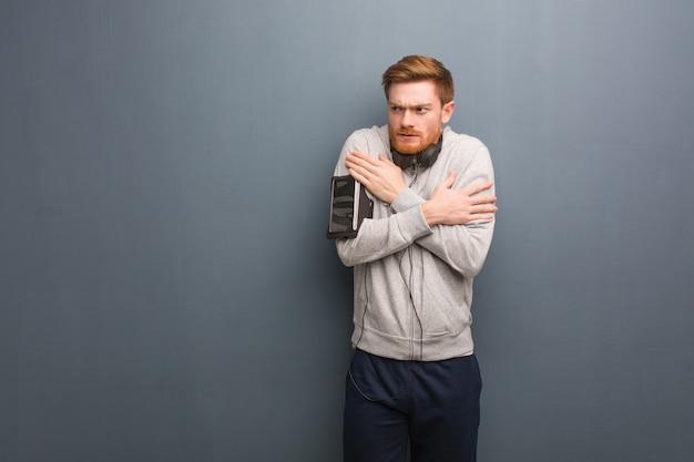 Jonge fitness roodharige man gaat koud als gevolg van lage temperatuur