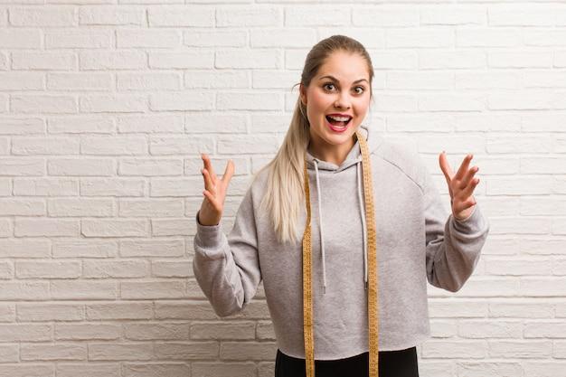 Jonge fitness russische vrouw die een maatregelenband houdt