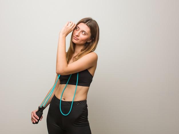 Jonge fitness russische vrouw die het gebaar van een kijker maakt