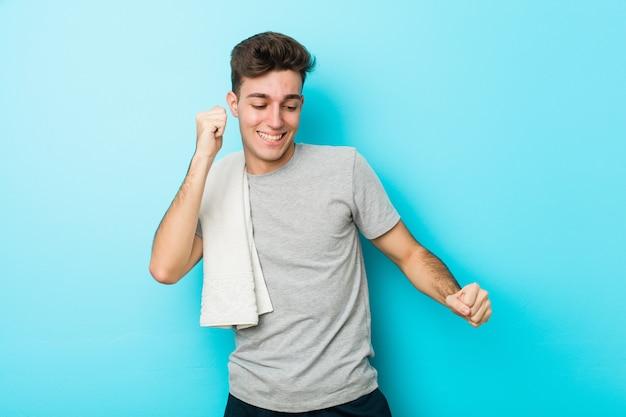 Jonge fitness tiener man dansen en plezier maken.