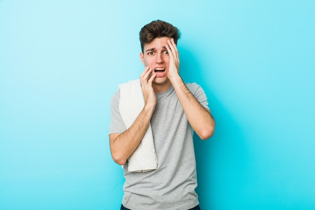Jonge fitness tiener man zeuren en huilen troosteloos