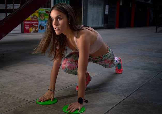 Jonge fitness vrouw doet oefening