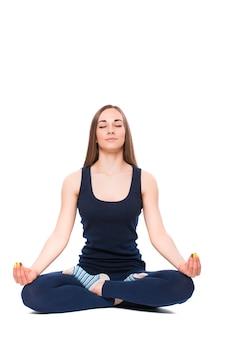 Jonge fitness vrouw doet yoga op een witte achtergrond
