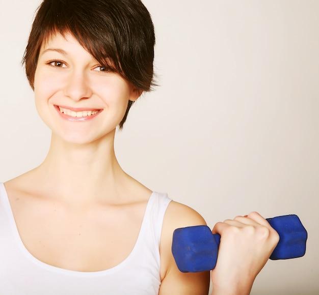 Jonge fitness vrouw gewichtheffen