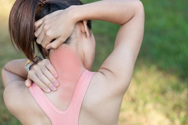 Jonge fitness vrouw met haar nek sportblessure, spier pijnlijk tijdens de training.