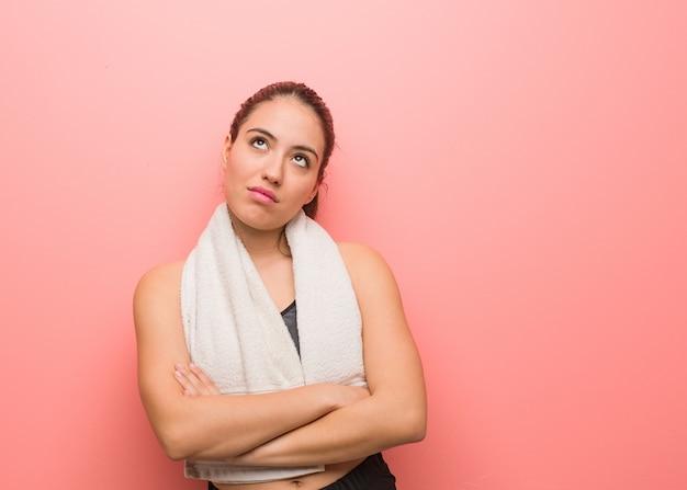 Jonge fitness vrouw moe en verveeld
