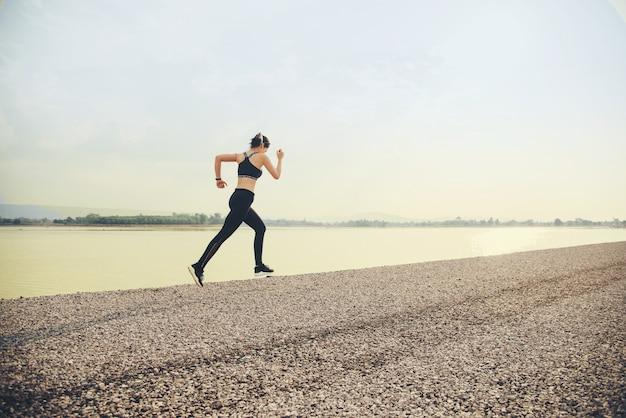 Jonge fitness vrouw runner