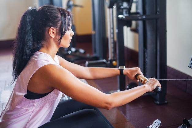 Jonge fitness vrouw uit te werken in de sportschool