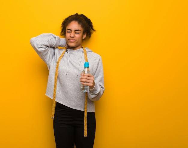 Jonge fitness zwarte vrouw die nekpijn lijdt