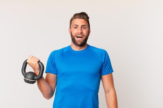 Jonge fitnessman die een halter optilt
