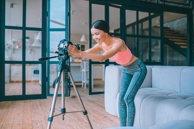 Jonge fitnessvlogger die een video opneemt